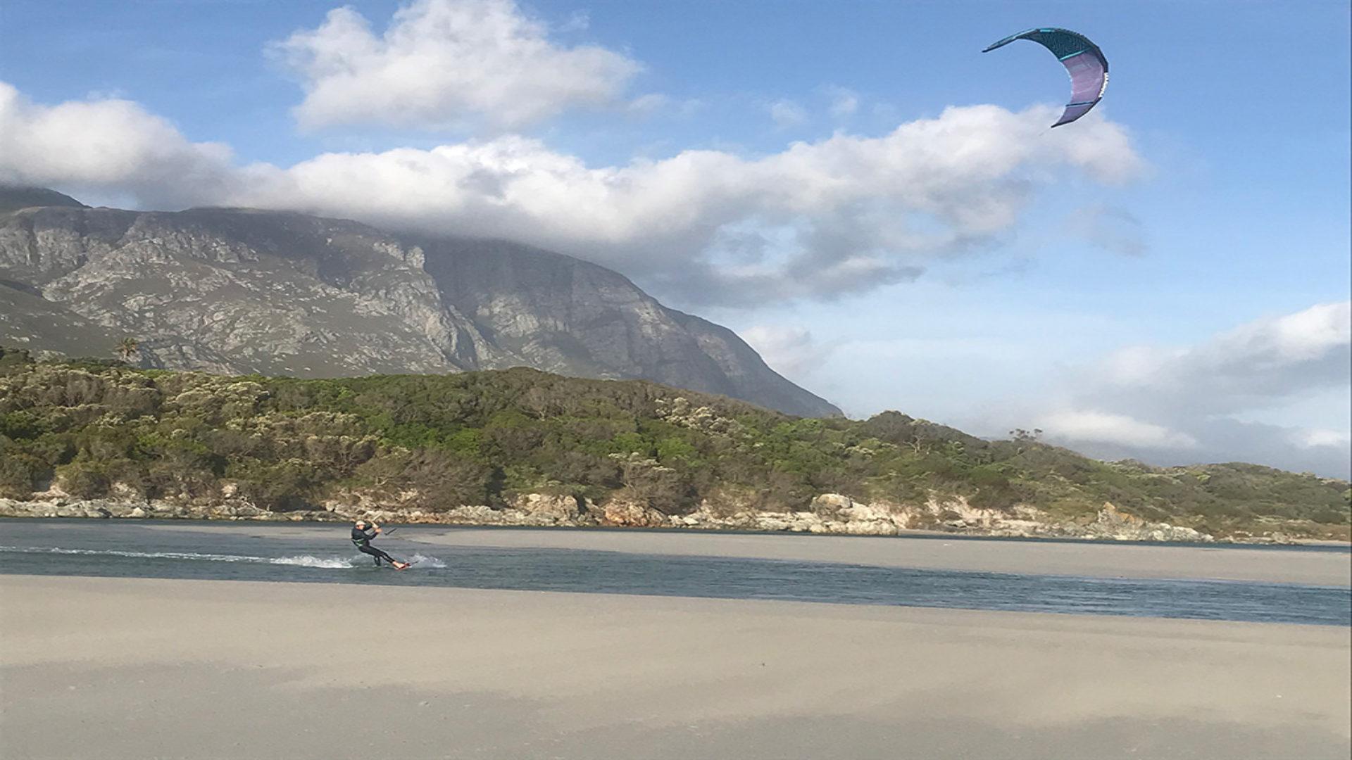 kite-surf-hermanus-kitesurfer-mountain-01